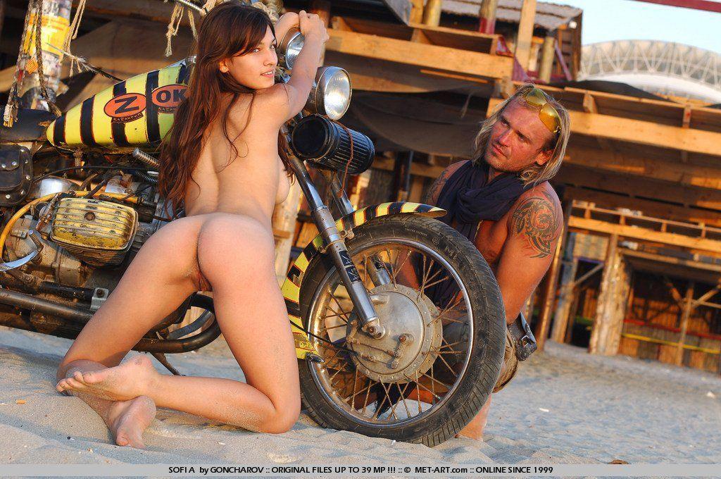 Heiße Mädchen nackt auf Motorrädern — foto 13