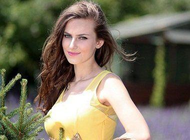 Tara Halliwell  nackt
